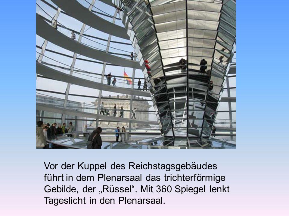 """Vor der Kuppel des Reichstagsgebäudes führt in dem Plenarsaal das trichterförmige Gebilde, der """"Rüssel ."""