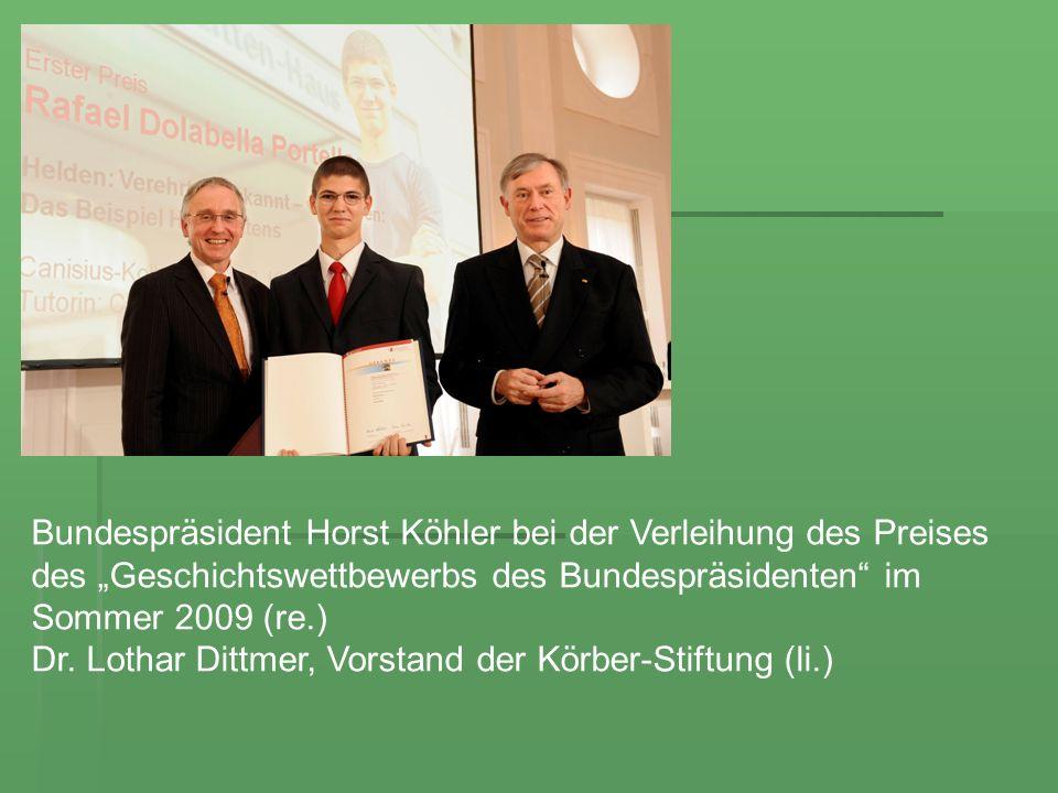 """Bundespräsident Horst Köhler bei der Verleihung des Preises des """"Geschichtswettbewerbs des Bundespräsidenten im Sommer 2009 (re.)"""