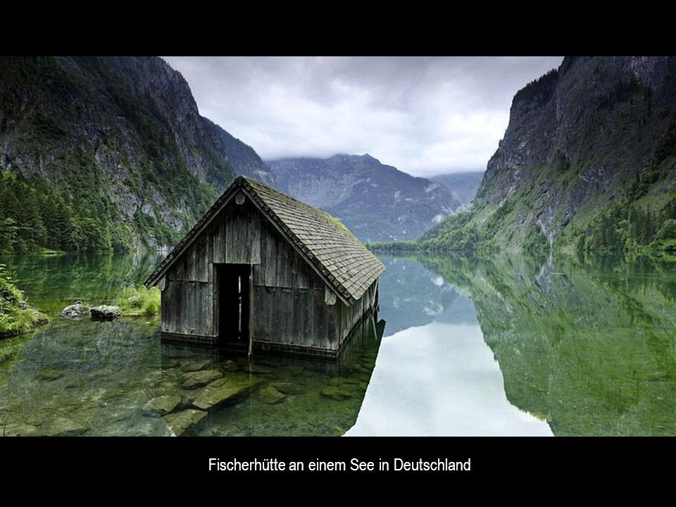 Fischerhütte an einem See in Deutschland