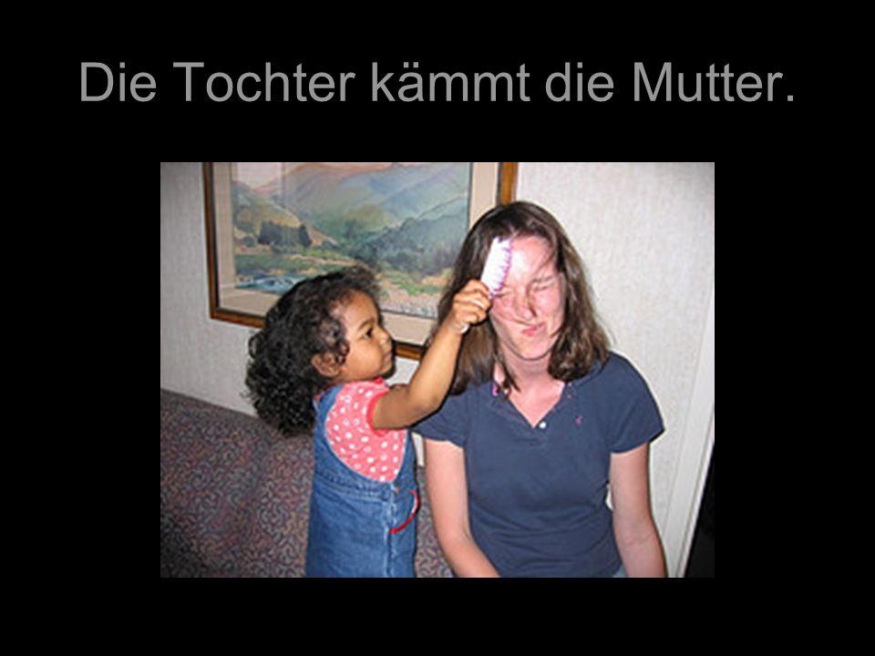 Die Tochter kämmt die Mutter.