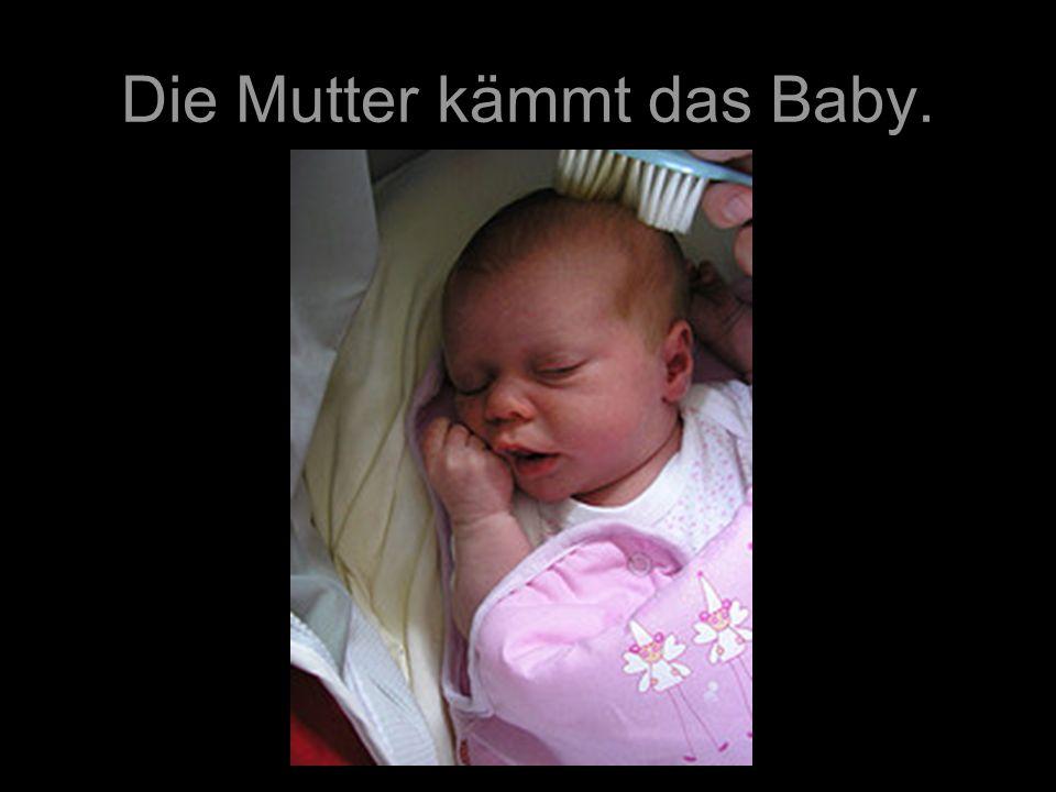 Die Mutter kämmt das Baby.