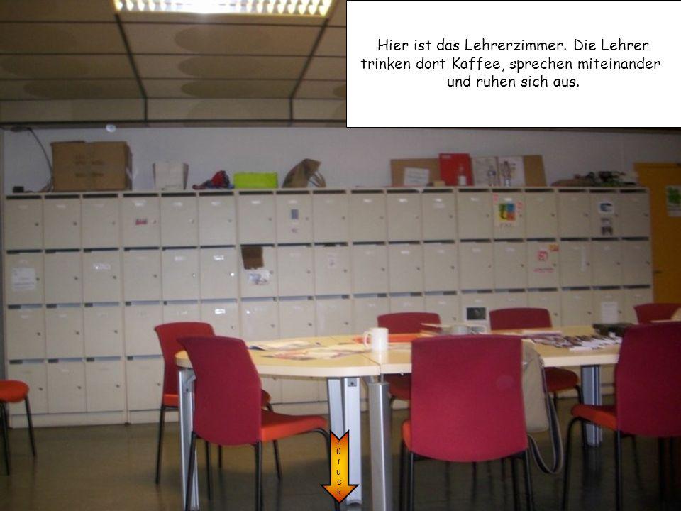 Hier ist das Lehrerzimmer. Die Lehrer