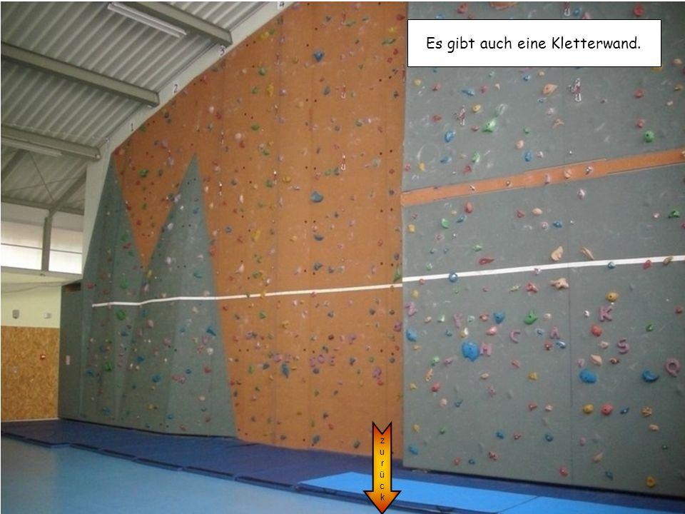 Es gibt auch eine Kletterwand.