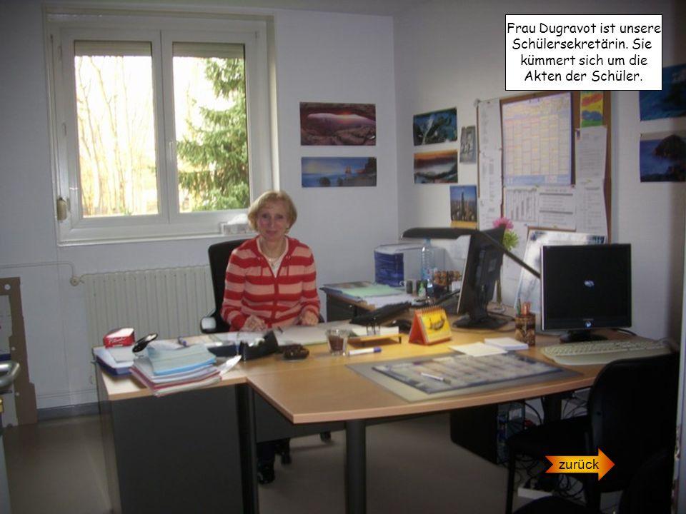 Frau Dugravot ist unsere Schülersekretärin. Sie kümmert sich um die