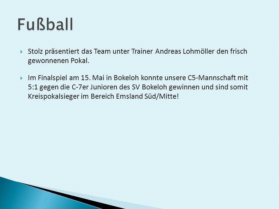 Fußball Stolz präsentiert das Team unter Trainer Andreas Lohmöller den frisch gewonnenen Pokal.