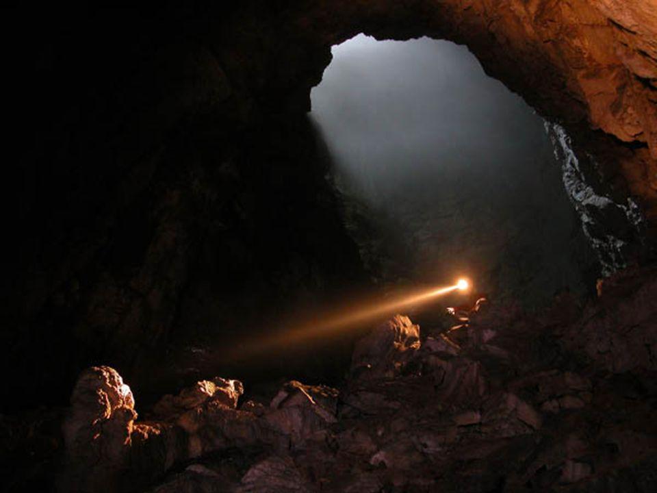 Das Wort kommt wie ein Lichtstrahl in einer dunklen Höhle