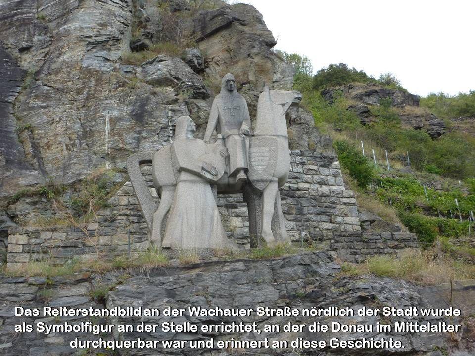 Das Reiterstandbild an der Wachauer Straße nördlich der Stadt wurde als Symbolfigur an der Stelle errichtet, an der die Donau im Mittelalter durchquerbar war und erinnert an diese Geschichte.
