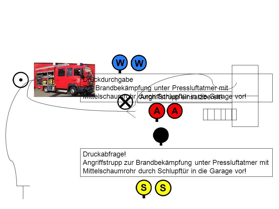 Druckdurchgabe Zur Brandbekämpfung unter Pressluftatmer mit Mittelschaumrohr durch Schlupftür in die Garage vor!
