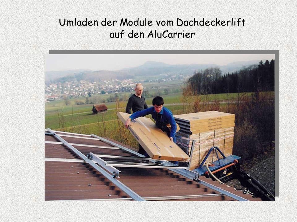 Umladen der Module vom Dachdeckerlift auf den AluCarrier