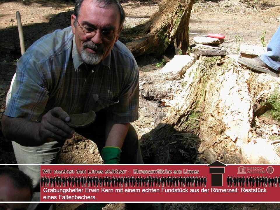 Grabungshelfer Erwin Kern mit einem echten Fundstück aus der Römerzeit: Reststück eines Faltenbechers.