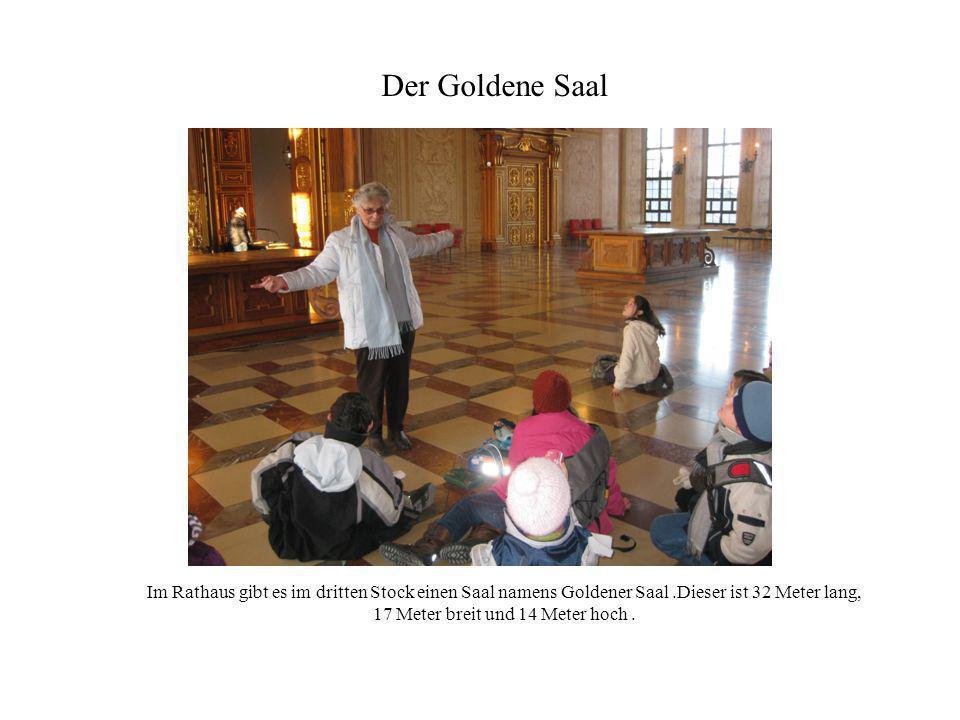 Der Goldene Saal Im Rathaus gibt es im dritten Stock einen Saal namens Goldener Saal .Dieser ist 32 Meter lang, 17 Meter breit und 14 Meter hoch .