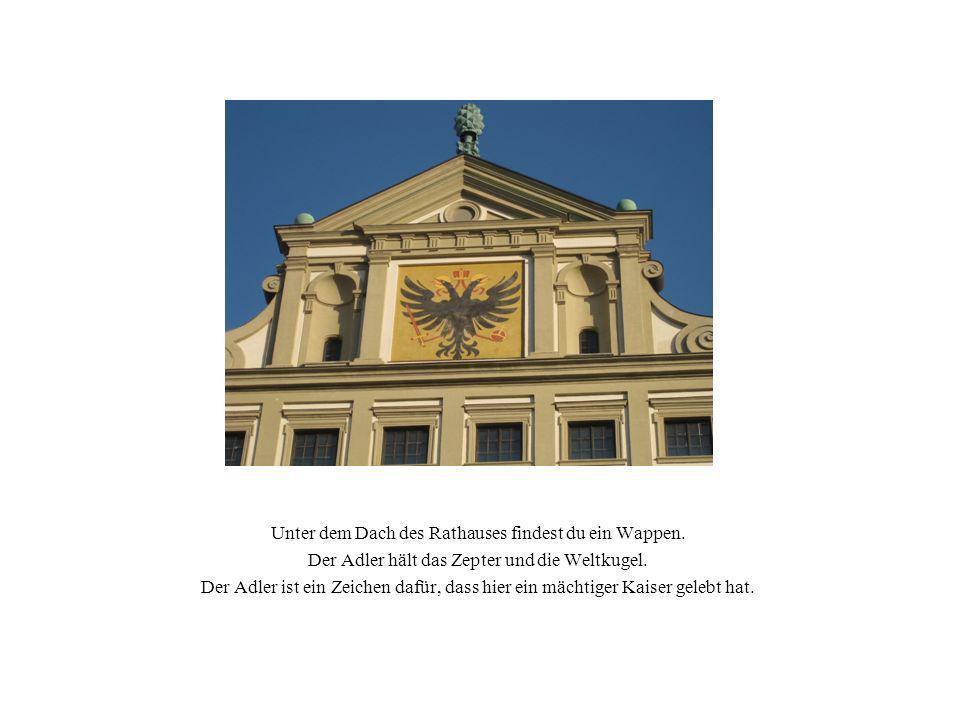 Unter dem Dach des Rathauses findest du ein Wappen.