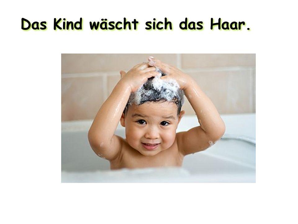 Das Kind wäscht sich das Haar.