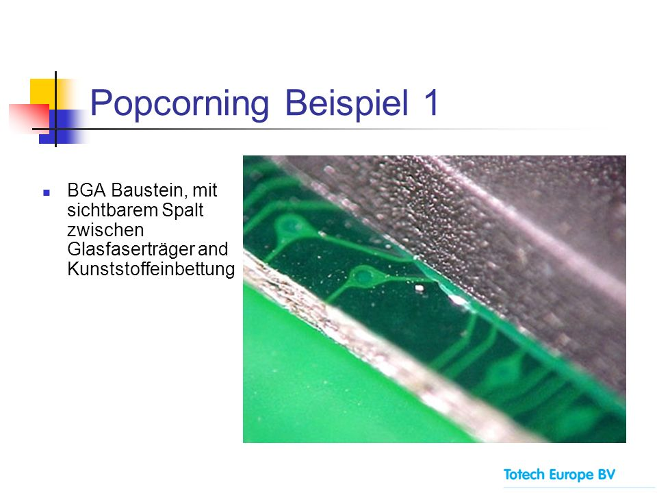Popcorning Beispiel 1 BGA Baustein, mit sichtbarem Spalt zwischen Glasfaserträger and Kunststoffeinbettung.