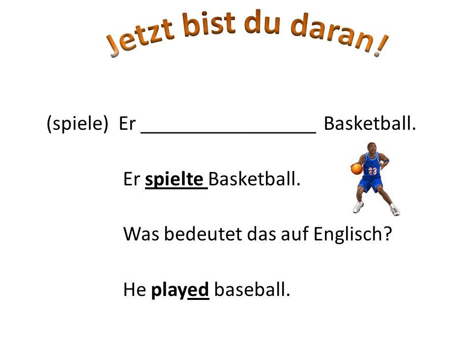 Jetzt bist du daran. (spiele) Er _________________ Basketball.