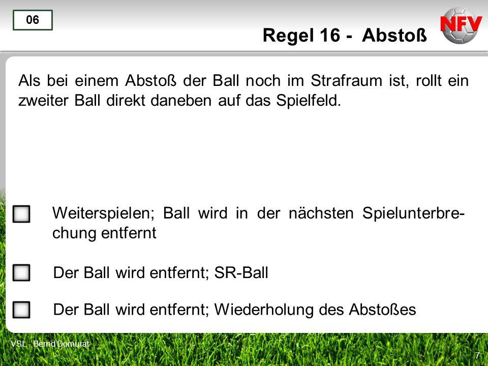 Regel 16 - Abstoß 06. Als bei einem Abstoß der Ball noch im Strafraum ist, rollt ein zweiter Ball direkt daneben auf das Spielfeld.