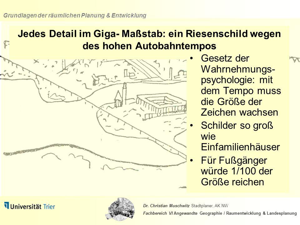 Jedes Detail im Giga- Maßstab: ein Riesenschild wegen des hohen Autobahntempos