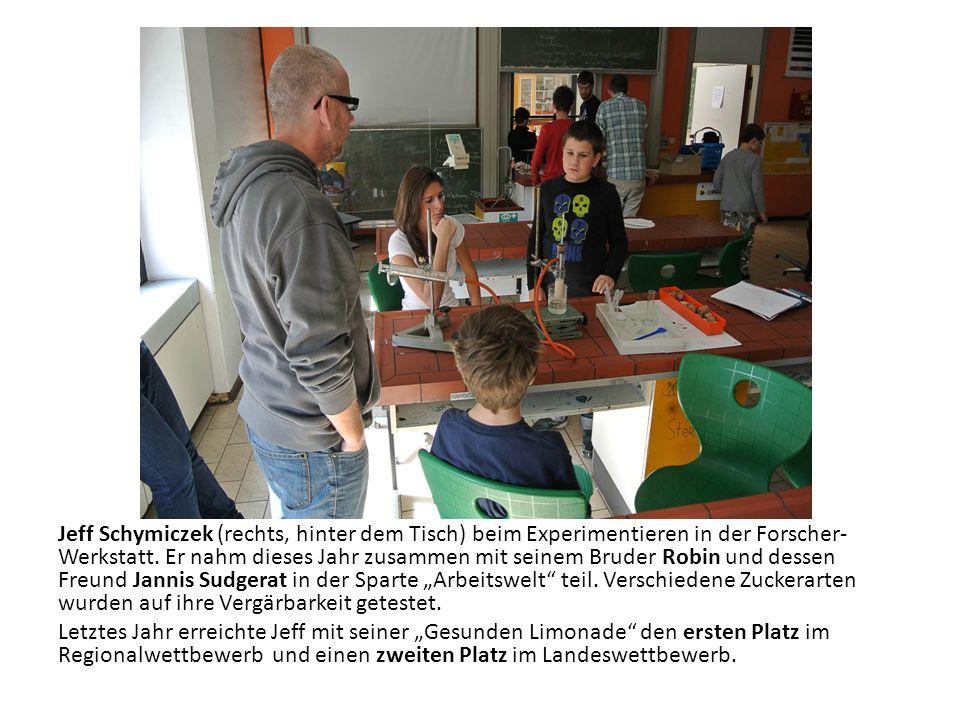 Jeff Schymiczek (rechts, hinter dem Tisch) beim Experimentieren in der Forscher-Werkstatt.