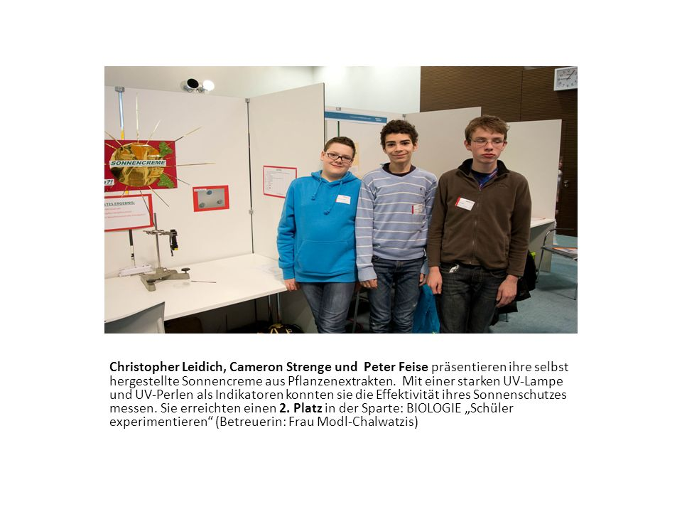 Christopher Leidich, Cameron Strenge und Peter Feise präsentieren ihre selbst hergestellte Sonnencreme aus Pflanzenextrakten.