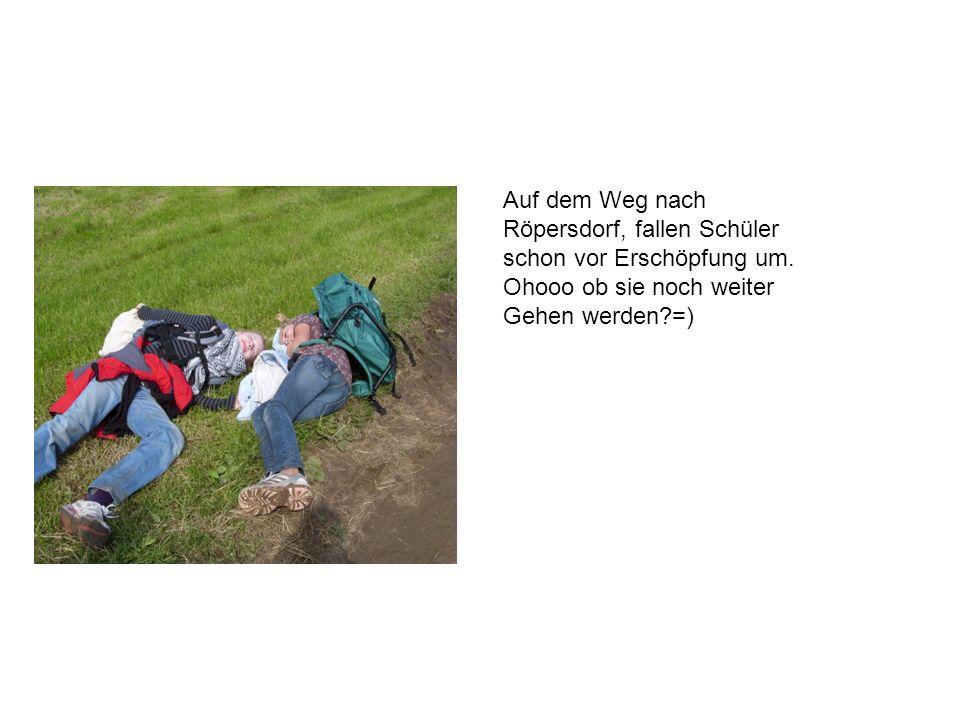 Auf dem Weg nach Röpersdorf, fallen Schüler. schon vor Erschöpfung um.