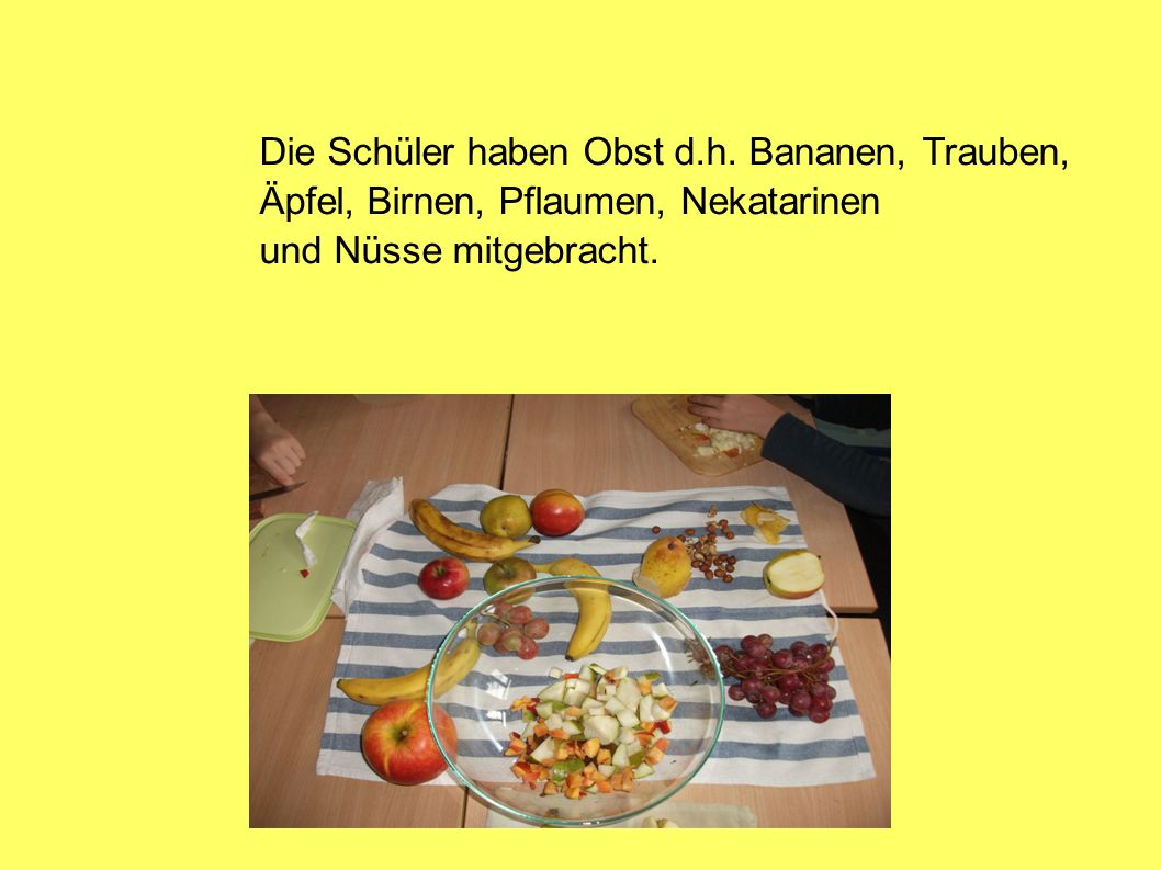 Die Schüler haben Obst d.h. Bananen, Trauben,