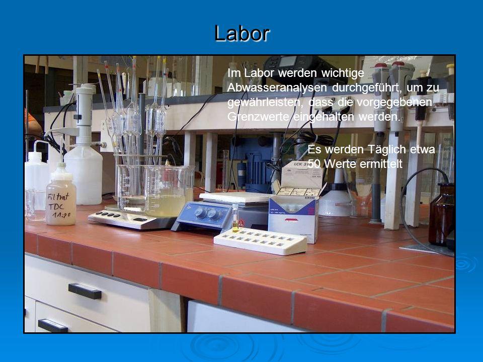 Labor Im Labor werden wichtige Abwasseranalysen durchgeführt, um zu gewährleisten, dass die vorgegebenen Grenzwerte eingehalten werden.