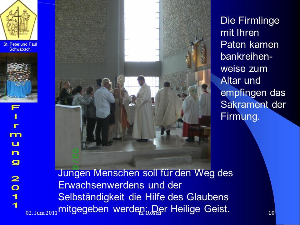 Die Firmlinge mit Ihren Paten kamen bankreihen-weise zum Altar und empfingen das Sakrament der Firmung.