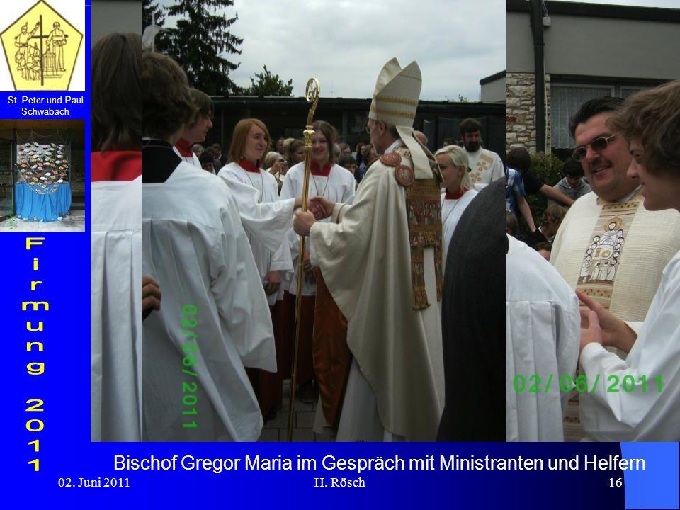 Bischof Gregor Maria im Gespräch mit Ministranten und Helfern
