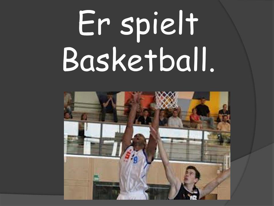 Er spielt Basketball.