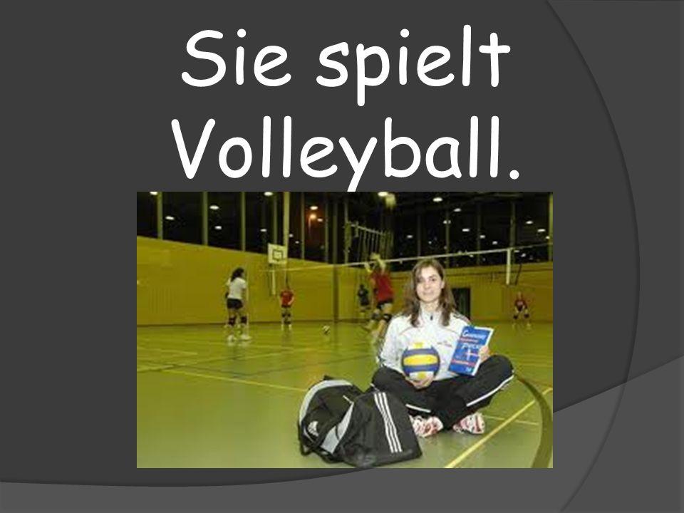 Sie spielt Volleyball.