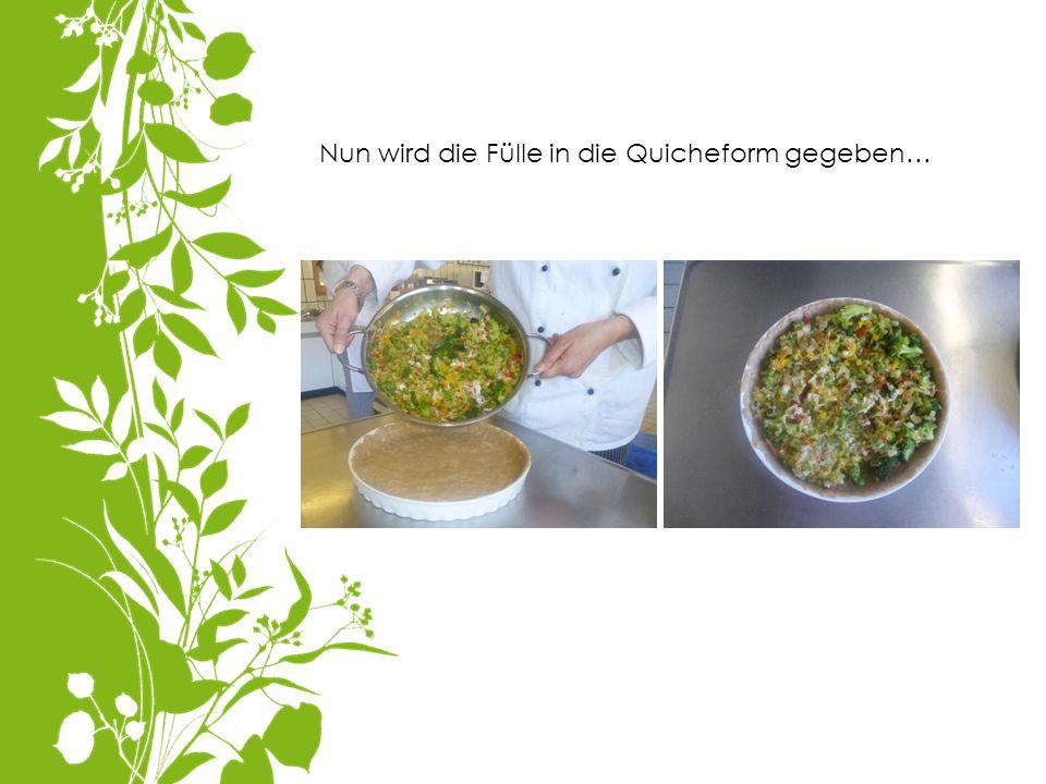 Nun wird die Fülle in die Quicheform gegeben…