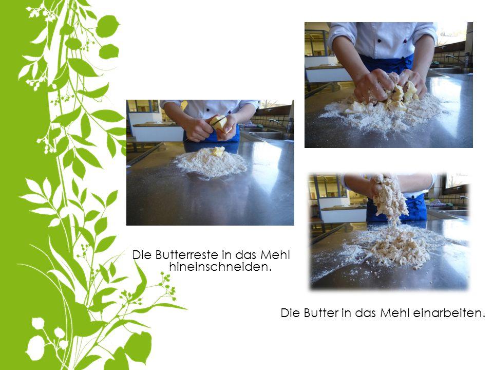 Die Butterreste in das Mehl hineinschneiden.