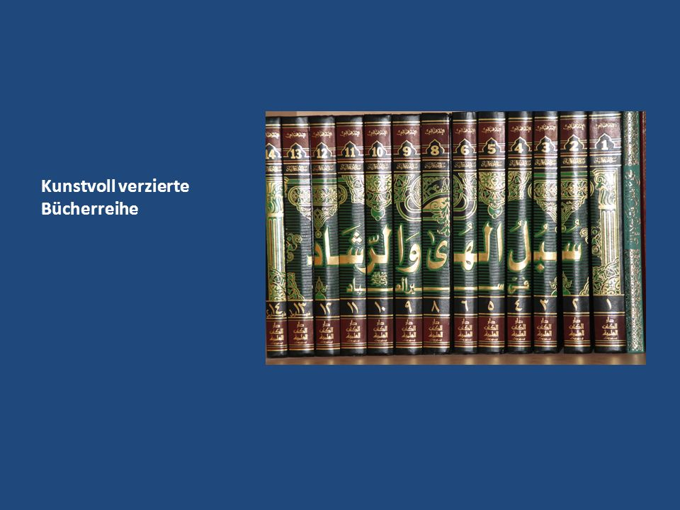 Kunstvoll verzierte Bücherreihe