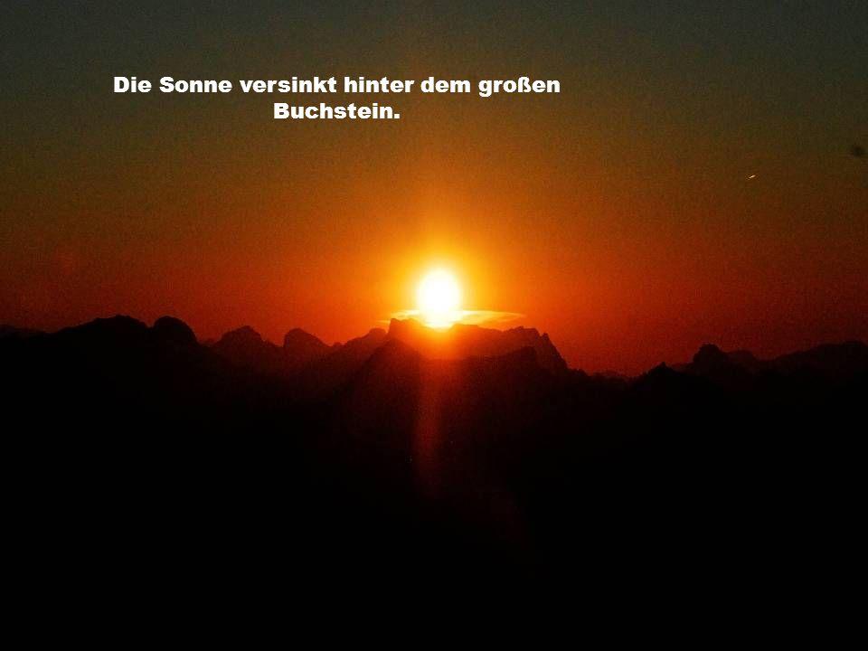 Die Sonne versinkt hinter dem großen Buchstein.