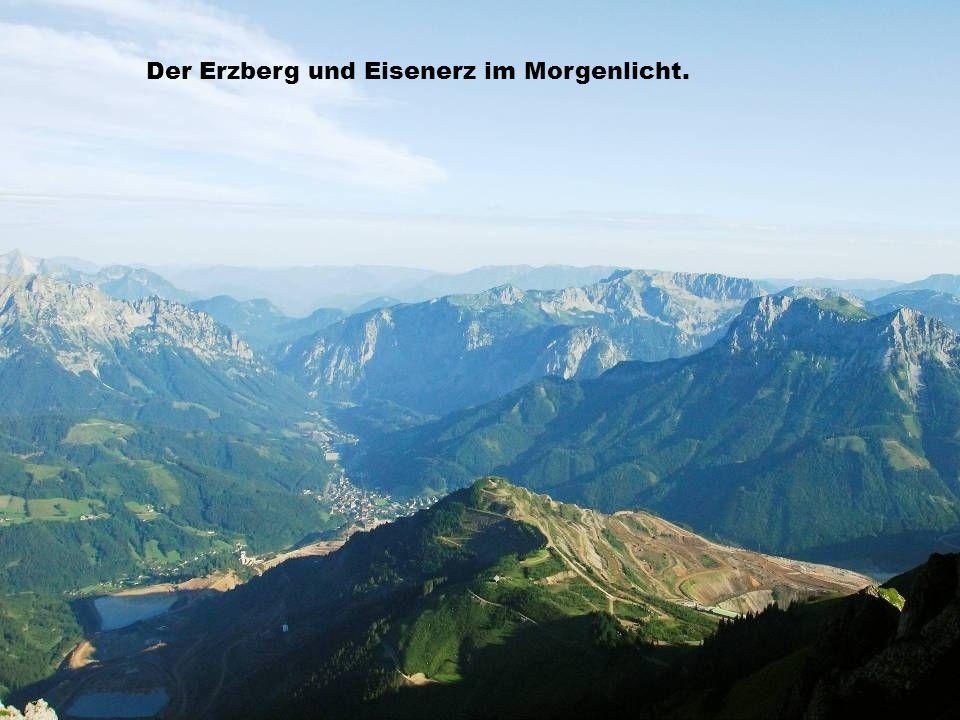 Der Erzberg und Eisenerz im Morgenlicht.