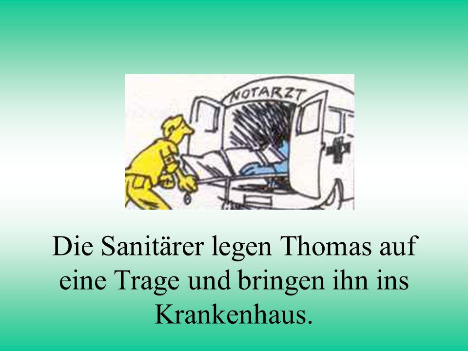Die Sanitärer legen Thomas auf eine Trage und bringen ihn ins Krankenhaus.