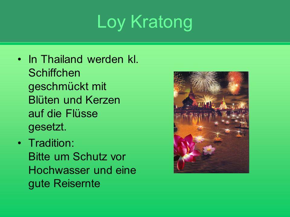 Loy Kratong In Thailand werden kl. Schiffchen geschmückt mit Blüten und Kerzen auf die Flüsse gesetzt.