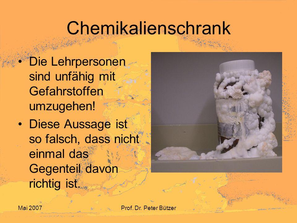 Chemikalienschrank Die Lehrpersonen sind unfähig mit Gefahrstoffen umzugehen!