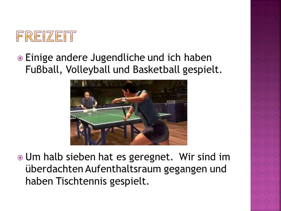 Freizeit Einige andere Jugendliche und ich haben Fuβball, Volleyball und Basketball gespielt.