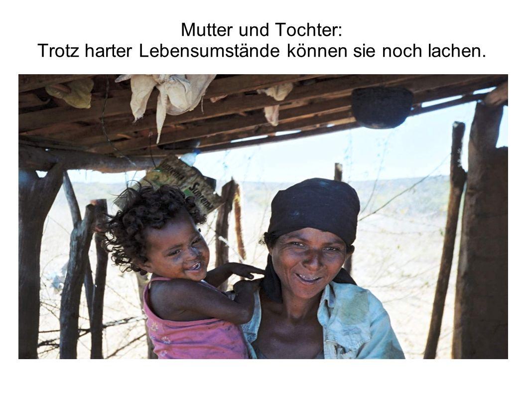 Mutter und Tochter: Trotz harter Lebensumstände können sie noch lachen.