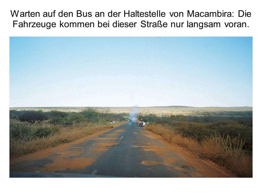 Warten auf den Bus an der Haltestelle von Macambira: Die Fahrzeuge kommen bei dieser Straße nur langsam voran.
