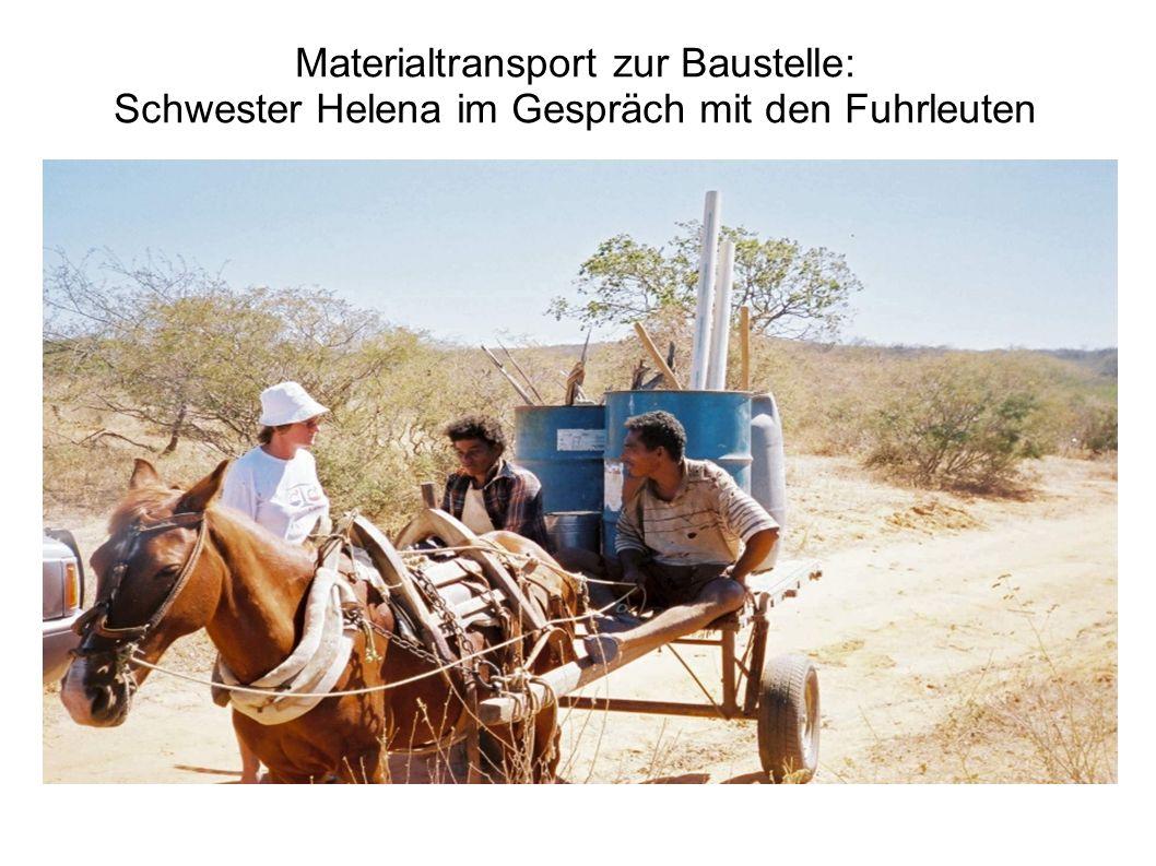 Materialtransport zur Baustelle: Schwester Helena im Gespräch mit den Fuhrleuten