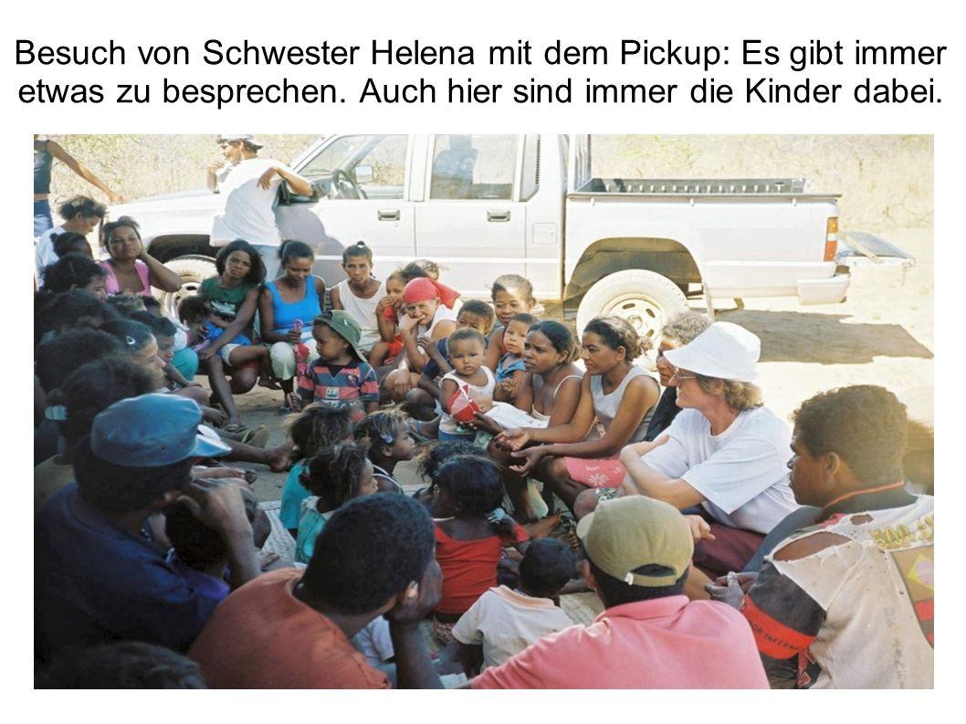 Besuch von Schwester Helena mit dem Pickup: Es gibt immer etwas zu besprechen.
