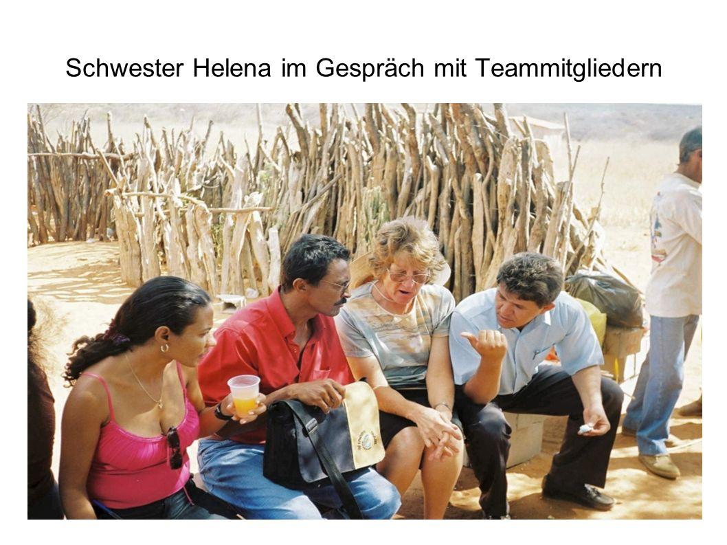 Schwester Helena im Gespräch mit Teammitgliedern