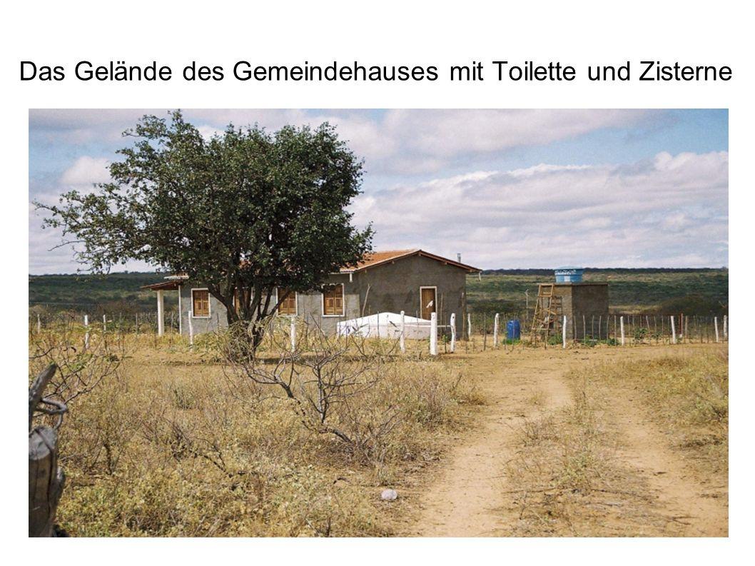 Das Gelände des Gemeindehauses mit Toilette und Zisterne