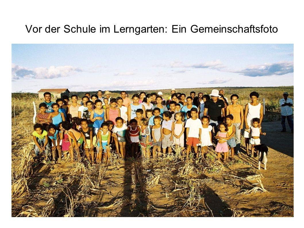 Vor der Schule im Lerngarten: Ein Gemeinschaftsfoto