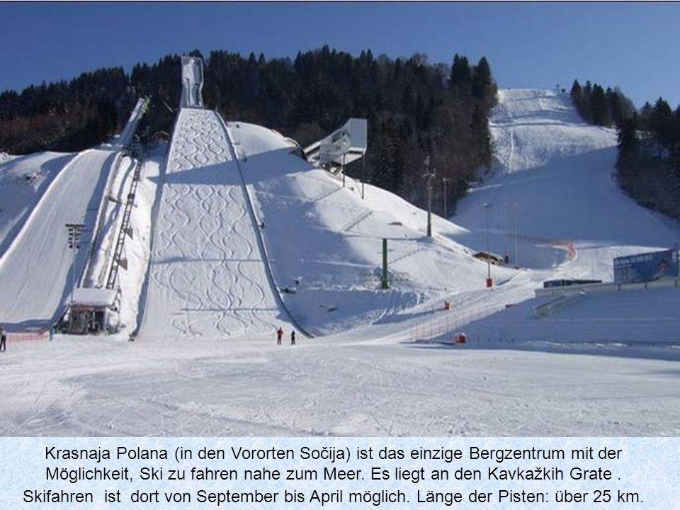 Krasnaja Polana (in den Vororten Sočija) ist das einzige Bergzentrum mit der Möglichkeit, Ski zu fahren nahe zum Meer.