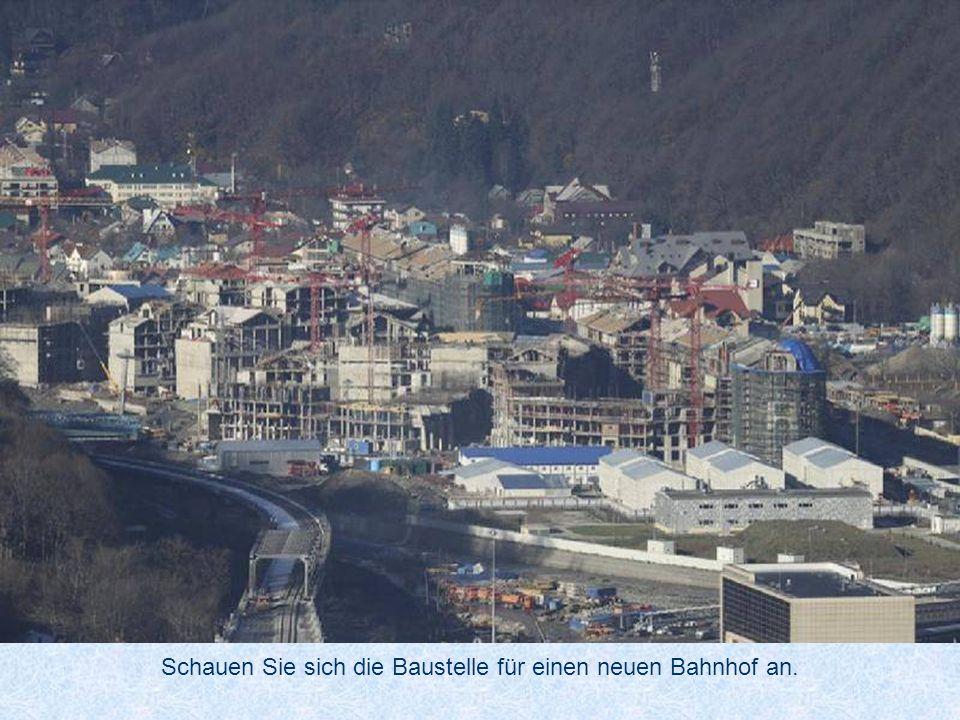 Schauen Sie sich die Baustelle für einen neuen Bahnhof an.