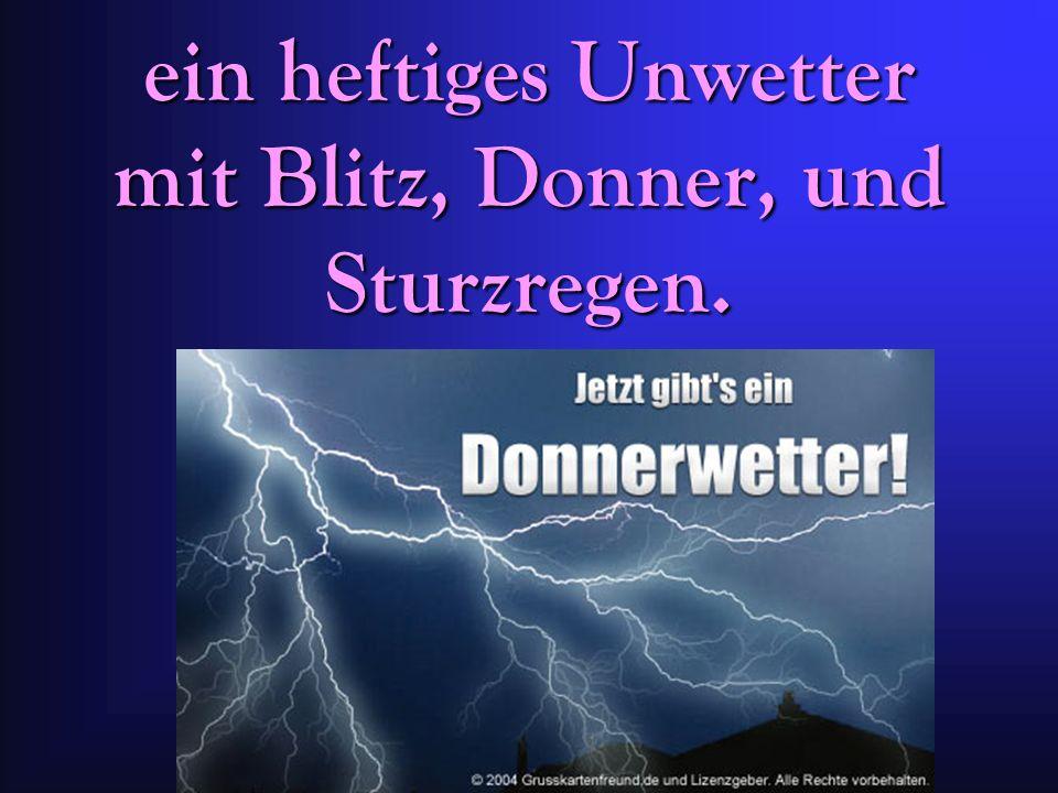 ein heftiges Unwetter mit Blitz, Donner, und Sturzregen.