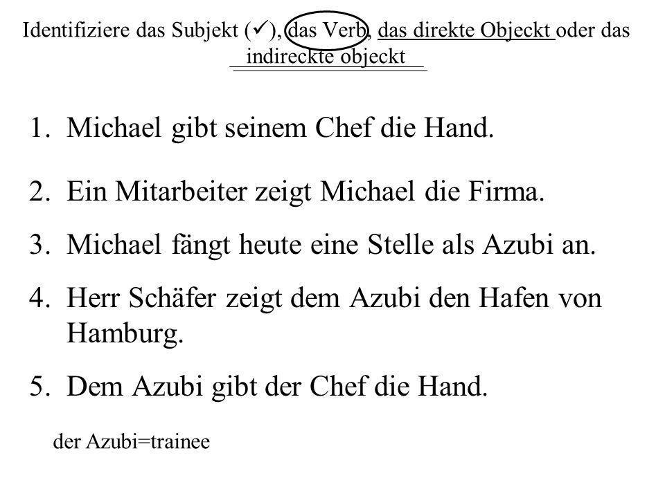 Michael gibt seinem Chef die Hand.